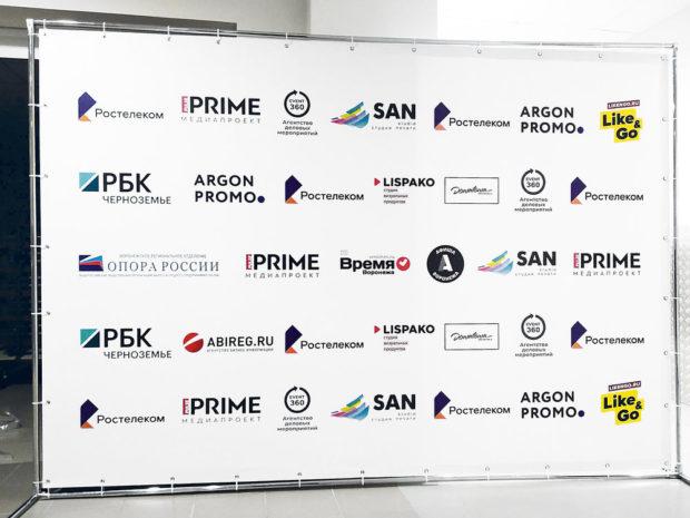 Пресс волл с логотипами компаний
